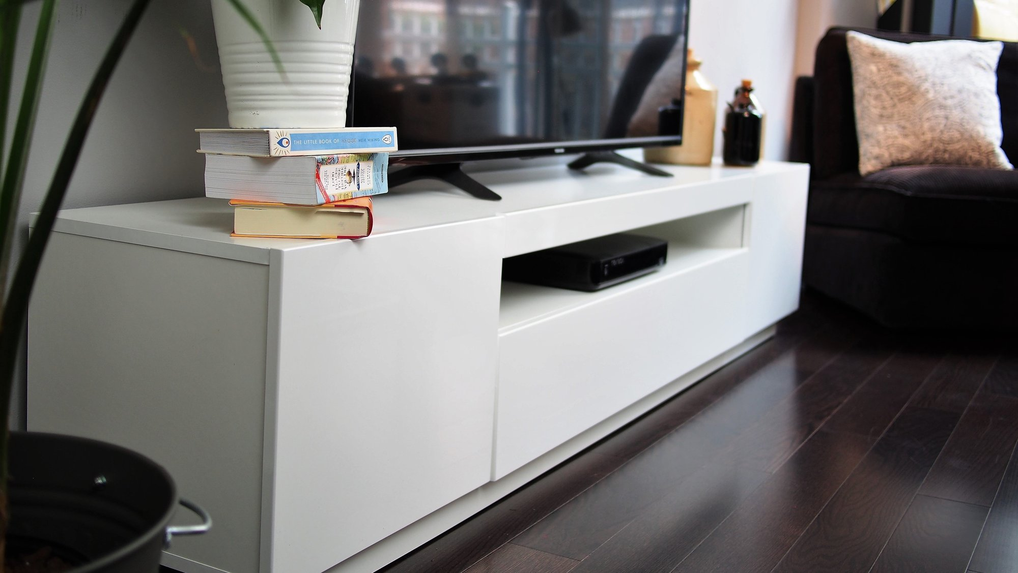Which one is better – matte finish or gloss finish TV stand?
