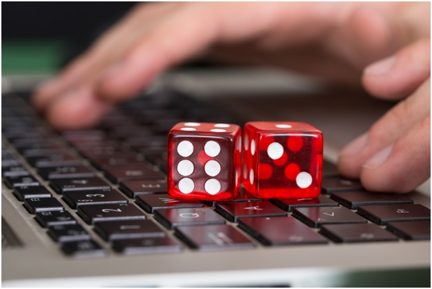 How the bandarqqonline are used to earn more money by playing?